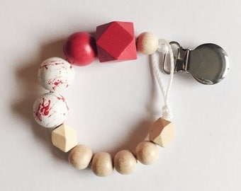 Hand-painted dummy in the marble-look with geometric wooden beads in red and white