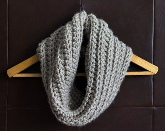 Crochet cowl / Infinity scarf / Picture: Warm gray