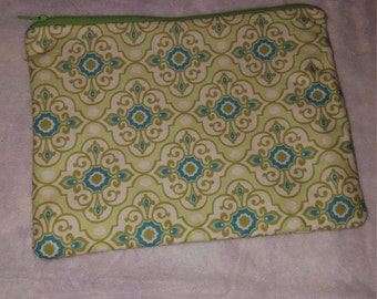 Cosmetic bag lined with zipper closure