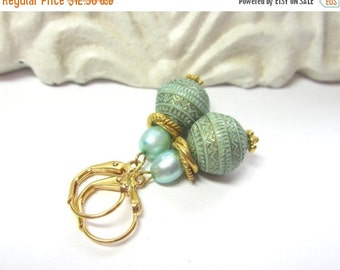 25% SALE Vintage Aqua and Gold Earrings. Vintage Aqua and Gold Acrylic and Pearl Earrings. Aqua and Gold Earrings.