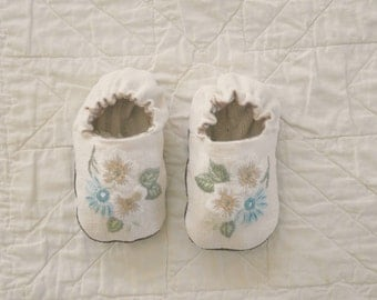 clematis baby shoes 6-12 mths
