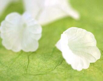 SALE 30pcs White Acrylic Flower Bead Caps PL550-1