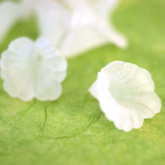 SALE 30pcs White Acrylic Flower Bead Caps PL550-1