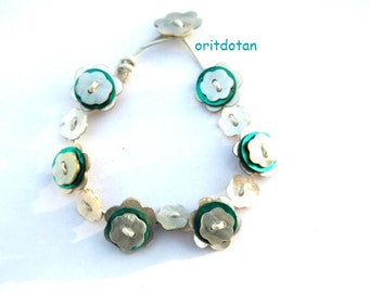 Bracelet made of buttons, button jewelry made of vintage flowers shell buttons