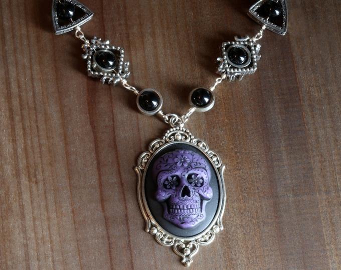 Gothic chic Jewelry - Necklace with purple Dia de los muertos Sugar Skull cameo -  Black Onyx