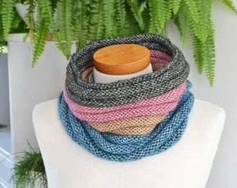 Knitted cowl in a ribbed pattern, P441