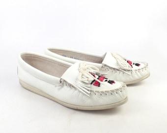 White Minnetonka Moccasins Vintage 1980s Thunderbird Beaded Leather Slip on Shoes Women's size 7 1/2
