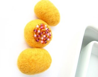 Set of 3 corn yellow felted wool pebbles / beads (plane and decorated with seed beads). Perfect for necklace. Sunny, wool ornaments