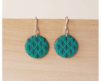Symmetrical and geometric earrings