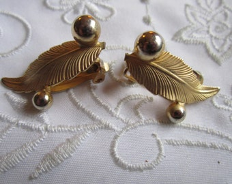 Vintage Gold Tone Feather Design Clip On Earrings with Gold Tone Beads