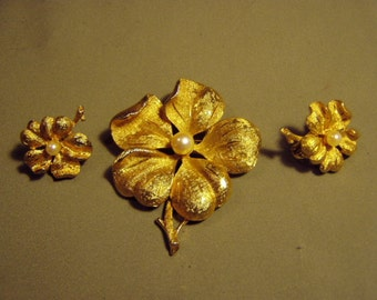 Vintage 1950s Francois Coro Yellow Gold Tone Real Pearl Flower Pin & Clip Earrings Set 8499