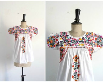 White shirt Embroidered Flowers / Vintage 1970s 70s