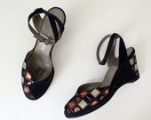 1950s vintage shoes / early 1950s suede wedge sandals with France travel novelty / Saks Fifth Avenue / size 6.5