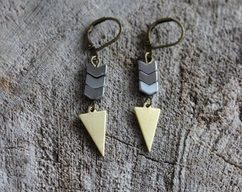Boucles d'oreilles hematite et triangle //  triangle and hematite earrings (BO-1052)