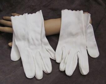 Beautiful Ivory White Ladies Wrist Gloves (12M)