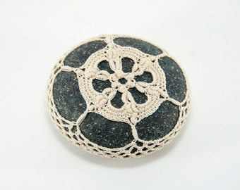 Crochet lace beach stone, natural beige, river rock, wedding decor, beach decor, housewarming gift, bowl element, paperweight, mothers day