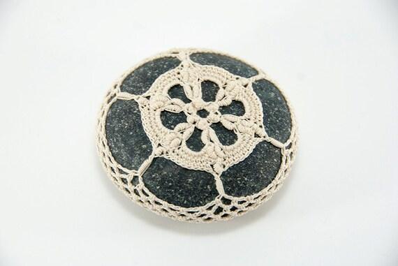 Crochet lace beach stone, natural beige, river rock, wedding decor, beach decor, housewarming gift, bowl element, paperweight, mothers day