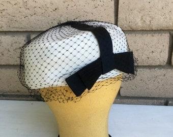Vintage 50s 60s White & Black Pillbox Veil Hat w/Bow . PRISTINE Size 22