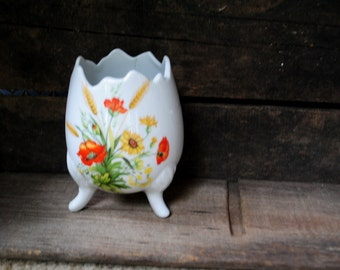 Sweet vintage 60s white porcelain ,eggs shape vase with hand painted fields flowers. Made by Lefton.