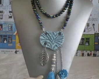 Ravissant collier sautoir en perles de verre multicolores avec médaillon central en céramioque