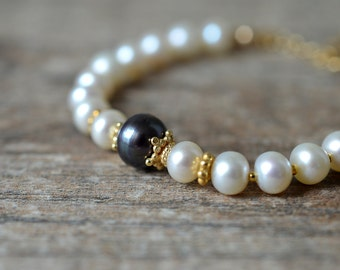 White pearl bracelet with black pearl 24K gold vermeil bead bracelet Delicate stack bracelet Pearl jewelry Everyday office jewelry