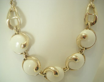 Vintage Gold Tone & White Beaded Necklace (6491)