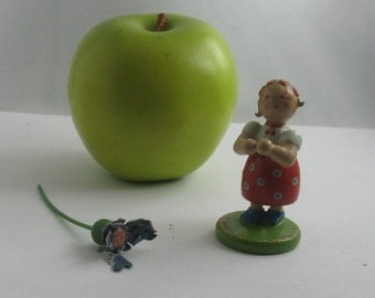 "Flower girl. OLD wooden figure ""flower girl"" (formerly: Girl with cornflower). Collectible. With DEFECT! VINTAGE"