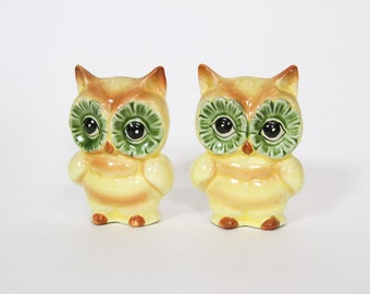 Kitsch Vintage Owl Salt and Pepper Shakers Yellow Green Ceramic
