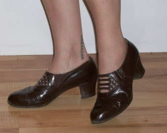 Handsome 1940s brown walkers- day shoes w/smart cutouts US 8 1/2 UK 6 1/2