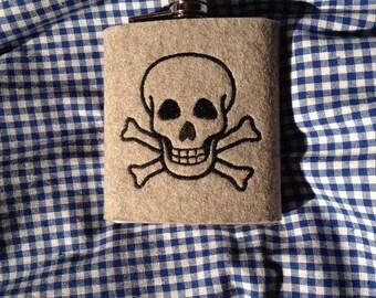 Hip flask with wool felt sleeve skull