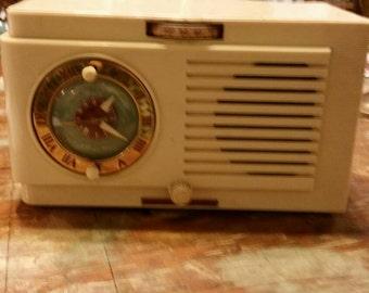 Vintage GE bakealite radio
