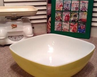 Vintage Pyrex 2.5 Qt. Yellow Hostess Square Serving Bowl 525-B-025