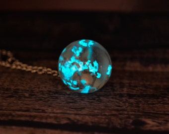Glow in the dark necklace / Glowing Necklace / Globe Necklace / Real Flowers Necklace