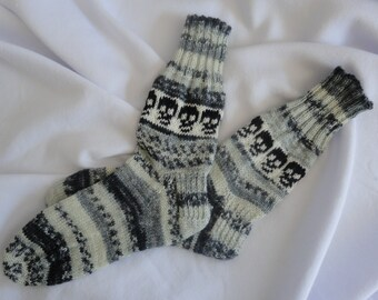 Knitted wool socks with  jacquard littles skulls