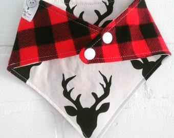 Bavoir bandana Cerfs blanc  bavette carreaux rouge chalet noel style bucheron / White stags reversible Bandana bib red plaid christmas bucks