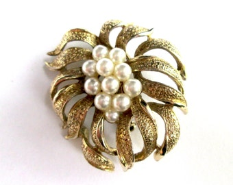 Vintage Brooch Pin Gold Tone Textured Flower with Faux Pearl Cluster Center Flower Floral