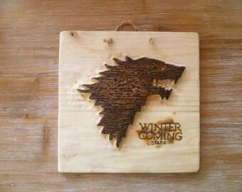 Trono di Spade stemma casata Stark su legno intagliato e bruciato Game of Thrones house Stark winter is coming