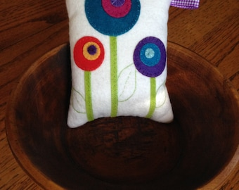 Bright Flower Pincushion kit//wool and flannel//fun gift
