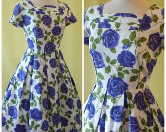 Pretty 1950s Day Dress / 50s Summer Dress / Purple Rose Print / Full Skirt / Cotton / M Medium