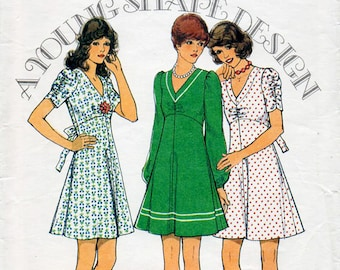 1970s Flared Dress Pattern Style 4485 Vintage Sewing Pattern Kawaii Fit & Flare Dress with V Neckline Bust 36