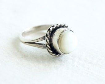 Mother of Pearl Ring Size 5 Round Vintage Southwestern Trading Post MOP Dainty White Ring