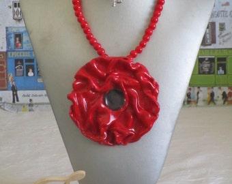 """Très beau collier plastron en céramique """"Une jolie fleur rouge"""""""
