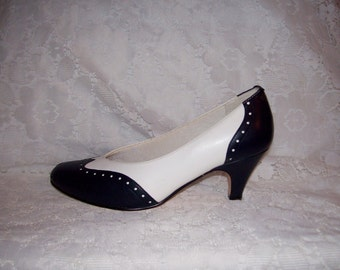 Vintage Ladies Navy & White Spectator Pumps by Easy Street Size 6 WIDE Only 6 USD
