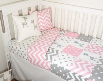 Patchwork quilt nursery set - Pink and grey giraffes (Pink chevron quilt backing)