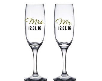 Bride and Groom Toasting flutes, Mr. and Mrs. Champagne Glasses, Personalized Wedding Gift, Engagement Gift