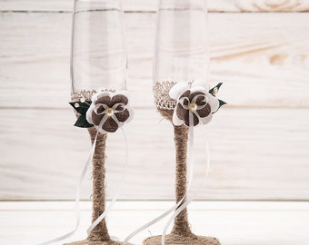 Wedding Toasting Glasses Rustic Toasting Flutes Wedding Champagne Flutes Bride and Groom Wedding Glasses with Twine and Burlap Flowers.