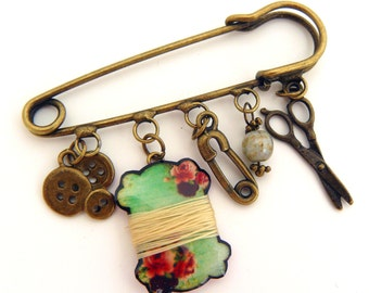 """Brooch """"my sewing material"""" spool, scissors, buttons and safety pin"""