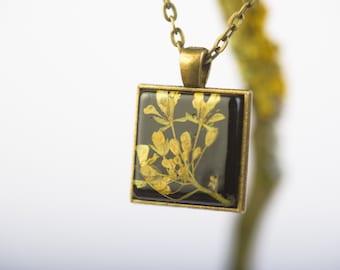 FELSENSTEINKRAUT - Pendant with real blossoms of Sweet Alyssum, Flower Jewelry, Real Dried Flowers Encased in Resin, Resin Jewelry