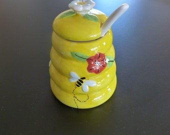 Majolica bee hive shaped honey pot and spoon. Country kitchen honey pot.
