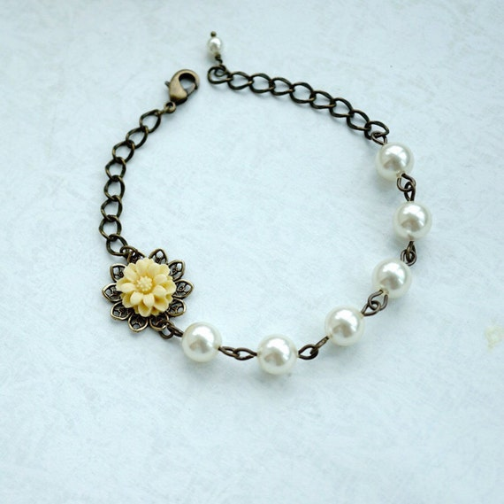 Light Yellowy Ivory Small Daisy Flower, Swarovski Ivory Pearls Bracelet. Adjustable Bracelet. Bridal Wedding, Bridesmaids Gifts. Flower Girl